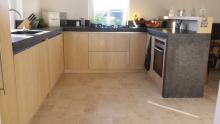 eikenhouten keuken met granieten werkblad